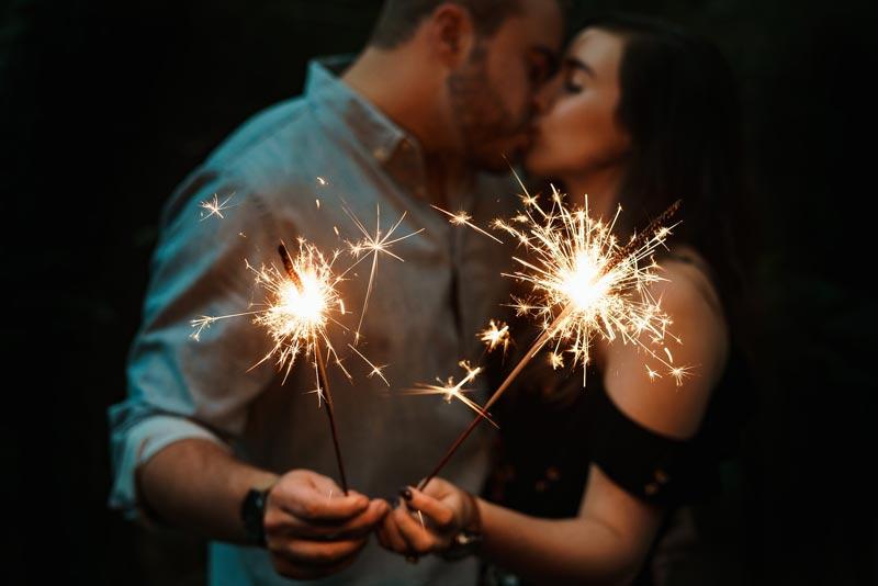 planes en pareja san valentín Pareja besándose bengalas
