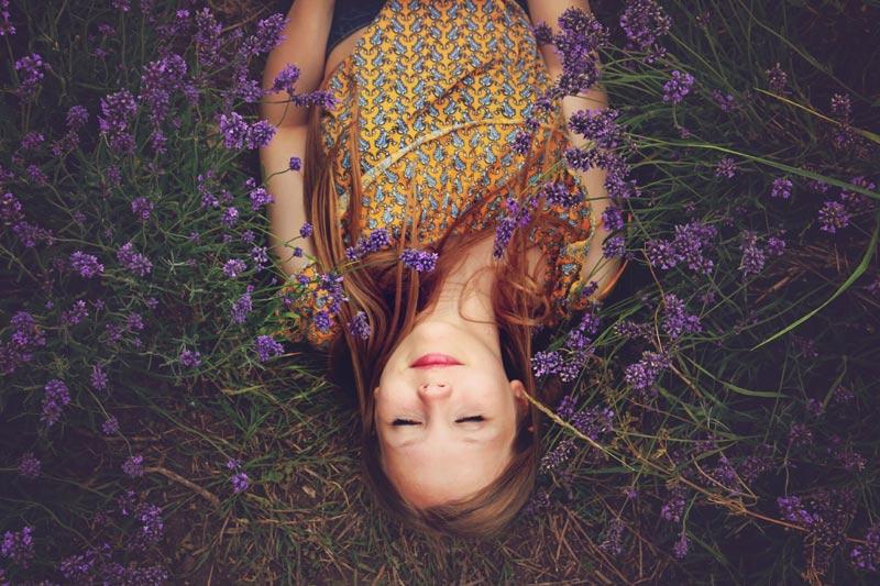 Mujer tumbada sobre lavanda