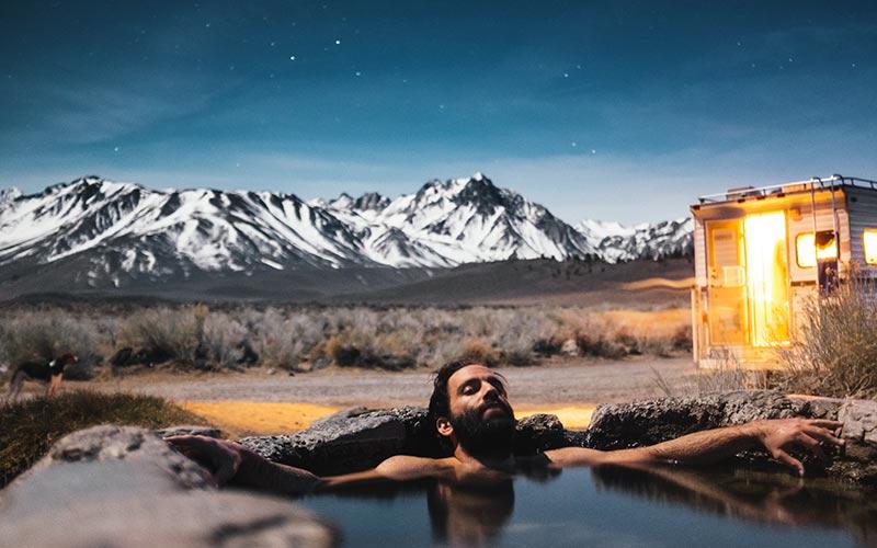 Hombre bañándose en el exterior