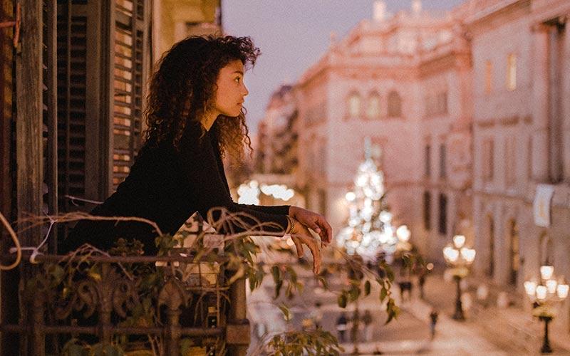 Mujer contemplando el amanecer