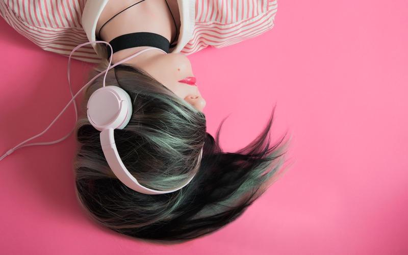 Mujer relajada escuchando música