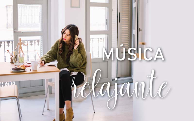 Mujer escuchando música relajante