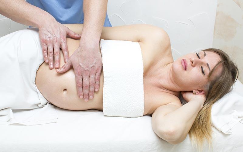 Mujer embarazada en un spa