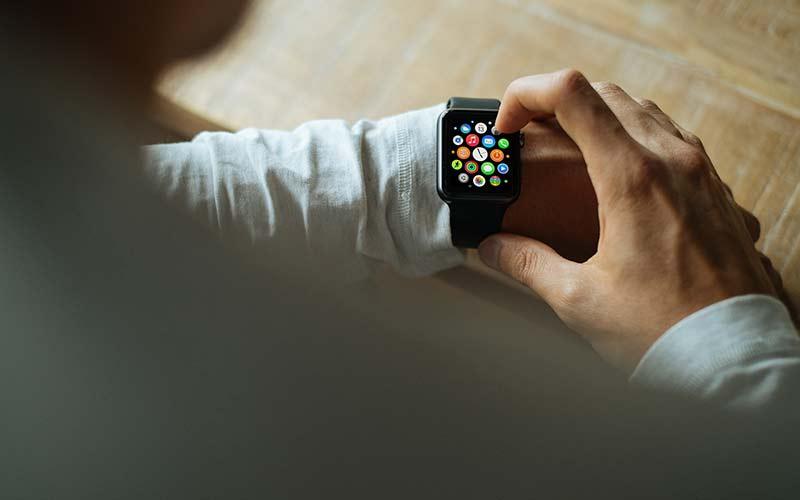 Hombre con reloj iwatch
