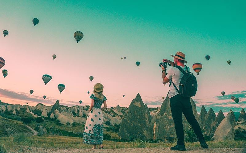 Padre e hija viendo globos aerostáticos